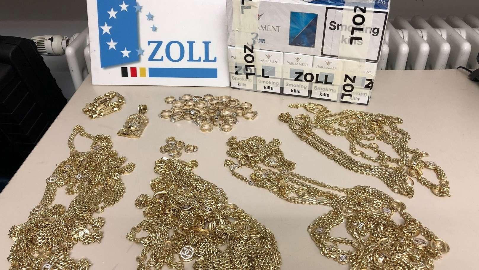Zöllner fanden in einem Lkw Goldschmuck und Zigaretten im Wert von mehreren Tausend Euro.