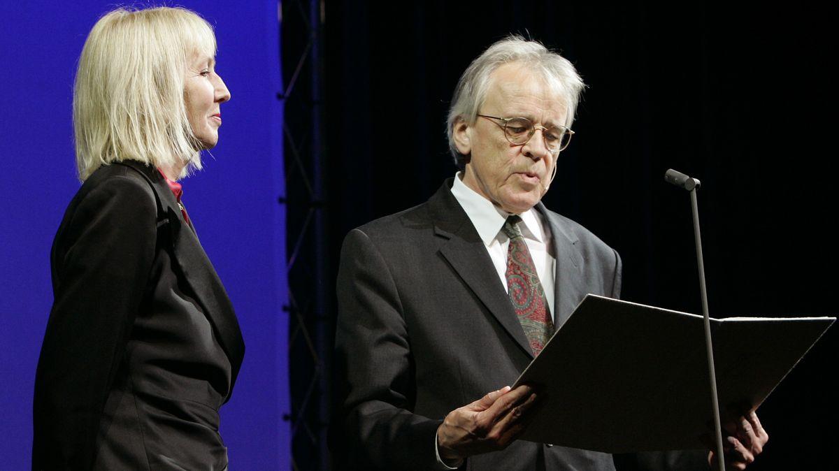 Klaus Reichert und Brigitte Kronauer an einem Rednerpult – bei der Verleihung des Georg-Büchner-Preises an die Schriftstellerin. Der Anglist war von 2002 bis 2011 Präsident der Deutschen Akademie für Sprache und Dichtung. In den 1960er Jahren betreute er als Lektor beim Suhrkamp- und Insel-Verlag auch Paul Celan.