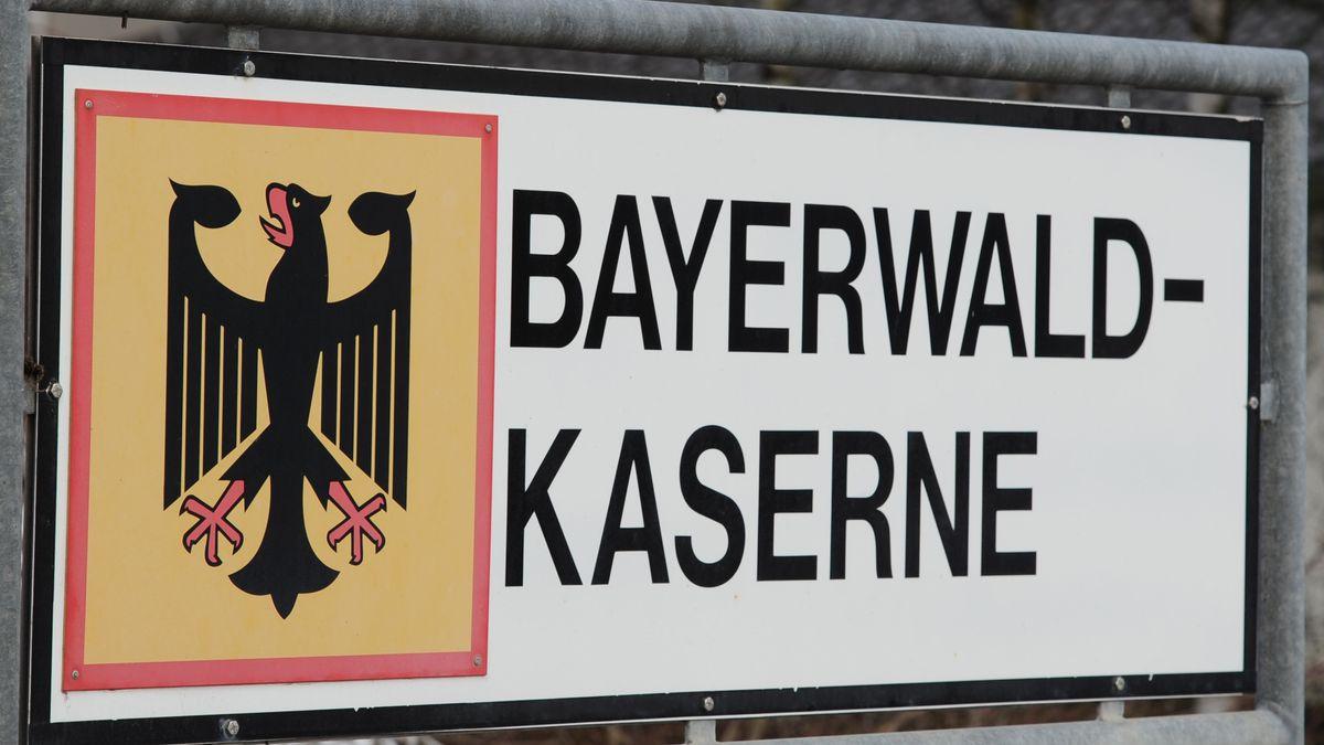 Schild an der Bayerwaldkaserne in Regen
