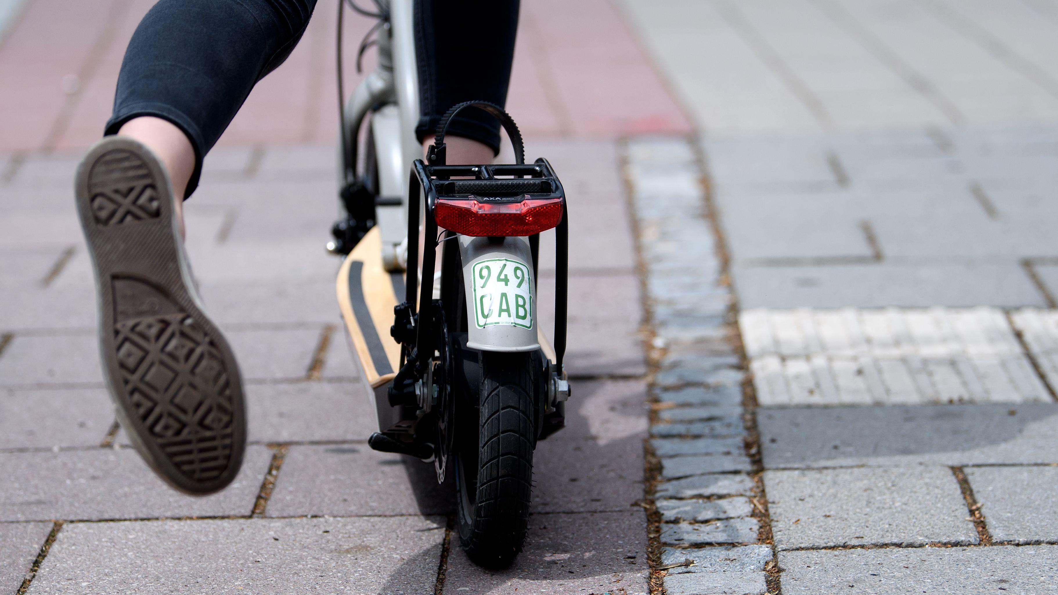 Ein E-Scooter auf einem Radweg
