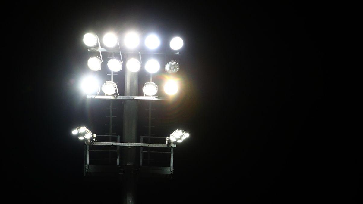 Flutlichtanlage vor Nachthimmel beim Spiel Viktoria Köln gegen 1. FC Saarbrücken in der 3. Liga am 13.11.2020.