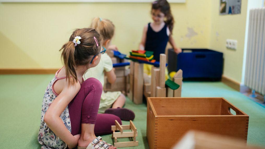 Kinder spielen in der Buchecke einer Kita (Symbolbild)