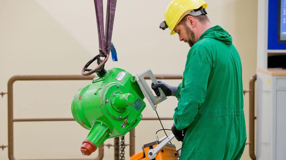 Mitarbeiter der Abteilung Strahlenschutz prüft eine abgebaute Pumpe