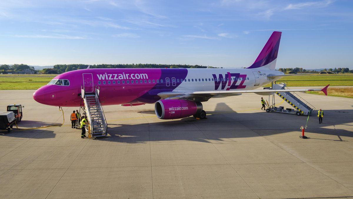 Ein Airbus A320 von Wizz Air steht am Allgäu Airport Memmingen