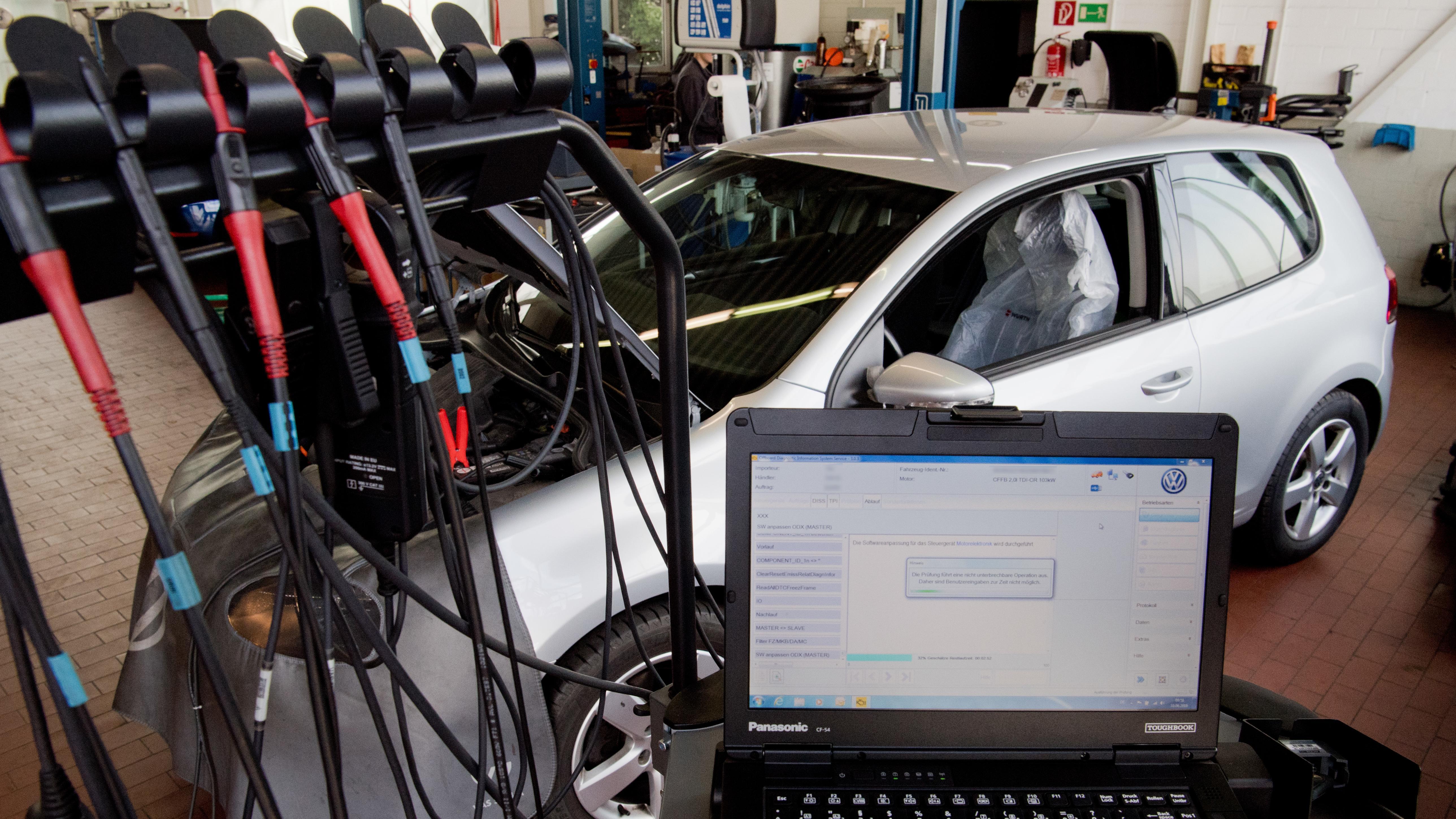 Software-Update wird auf einen Volkswagen geladen