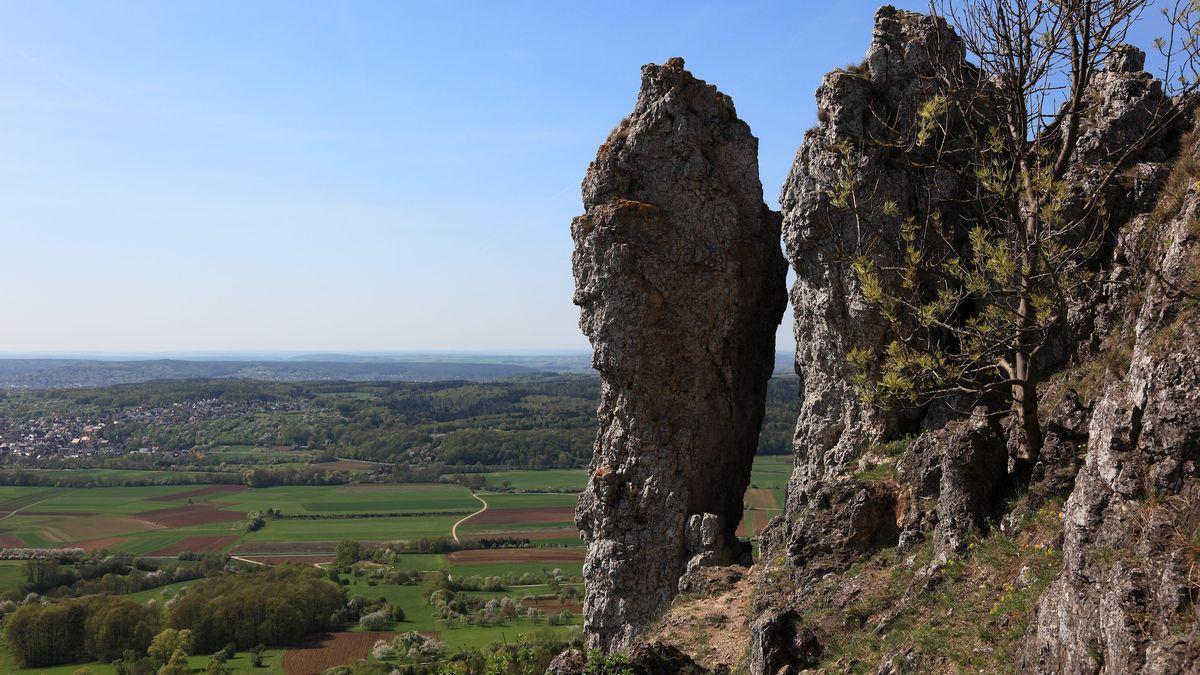 """Blick vom Hügel """"Ehrenbürg"""", im Volksmund """"Walberla"""" genannt, in die Landschaft"""
