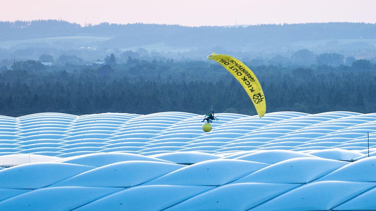 Der Greenpeace-Aktivist segelt über dem Münchner Stadion und verheddert sich