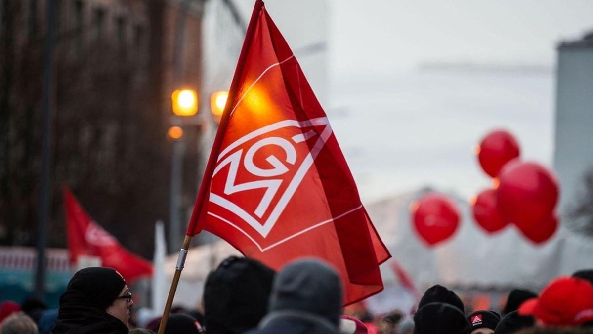Demonstranten schwenken Fahnen der Gewerkschaft IG Metall (Symbolbild)