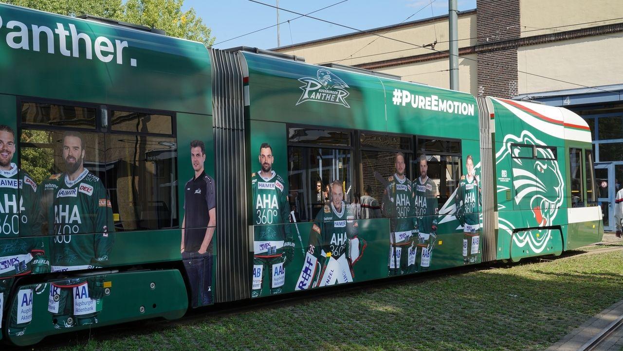 Eishockey-Spieler der Augsburger Panther sind auf einer Tram verewigt.