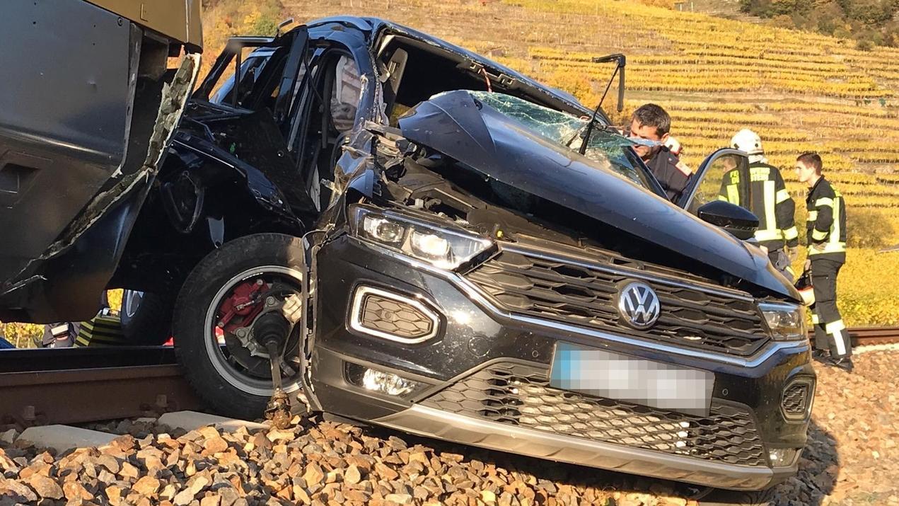 Ein vom BFK Krems zur Verfügung gestelltes Foto zeigt einen Pkw nach einem Zusammenstoß mit einem Zug auf einem Bahnübergang zwischen Dürnstein und Weißenkirchen. Bei dem Unfall kam ein Mensch ums Leben, ein weiterer wurde schwer verletzt.