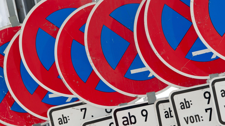 Zahlreiche Schilder, die ein absolutes Halteverbot anzeigen, stehen in einer Reihe.
