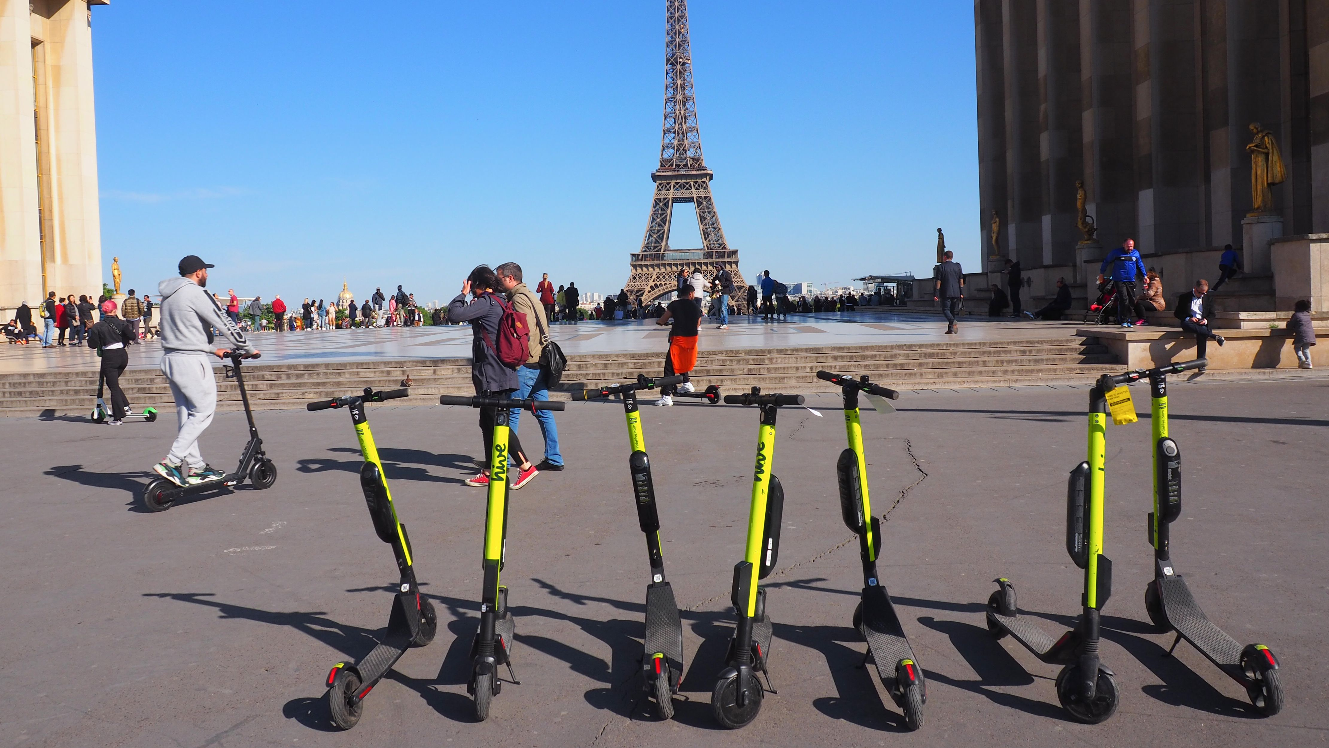 E-Tretroller stehen zum Mieten auf der Place du Trocadéro in Paris bereit