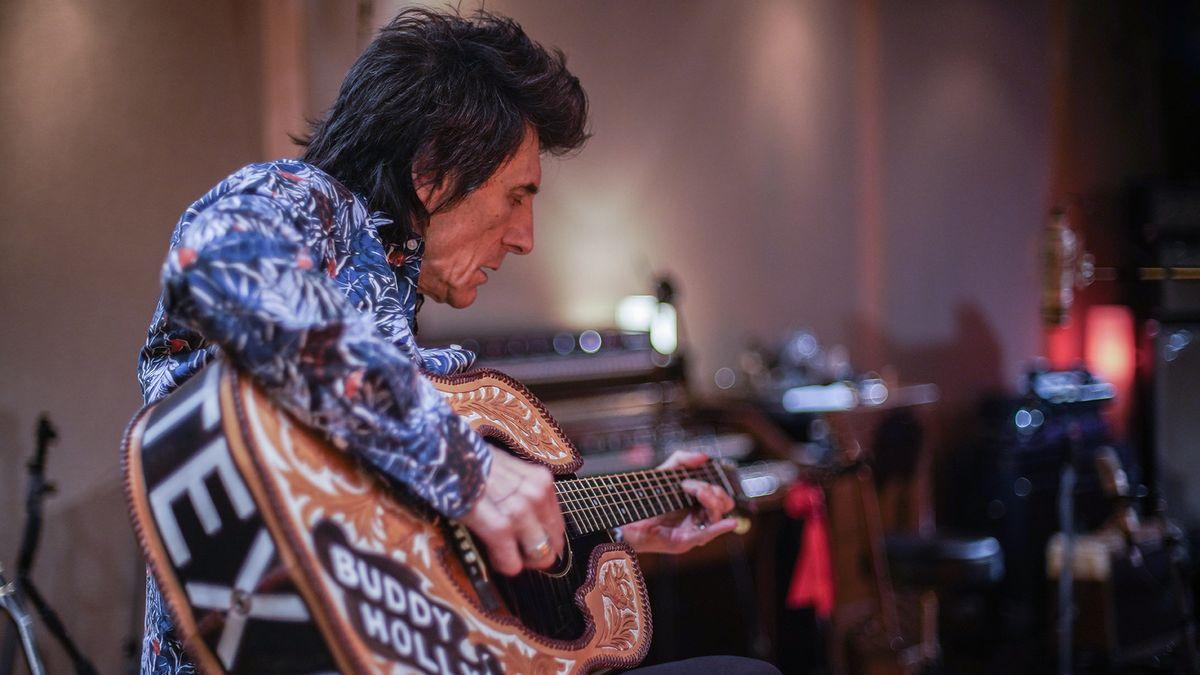 Der Musiker Ronnie Wood an seiner Gitarre