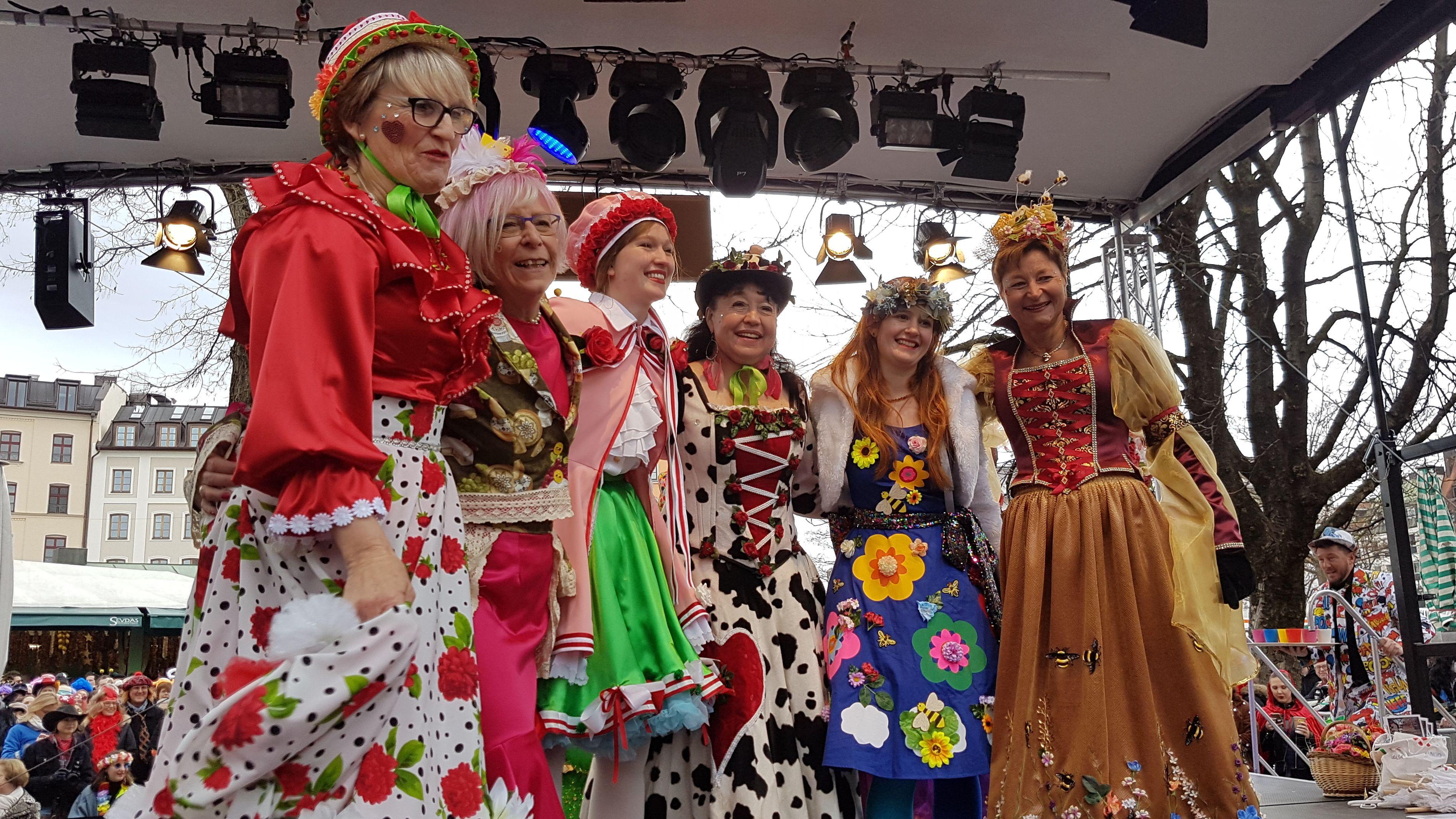 Die verkleideten Marktfrauen auf der Bühne am Viktualienmarkt.