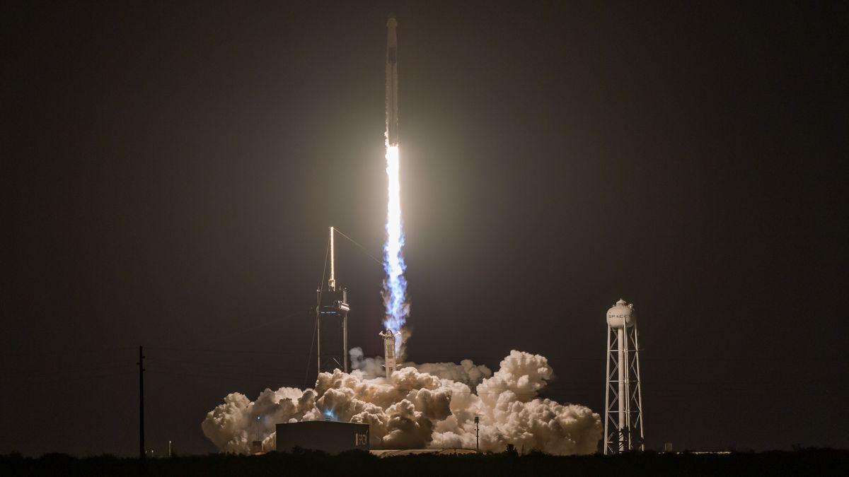 Die Rakete SpaceX Falcon 9 hebt vom Startkomplex 39A im Kennedy Space Center ab, um vier Astronauten zur ISS zu transportieren.