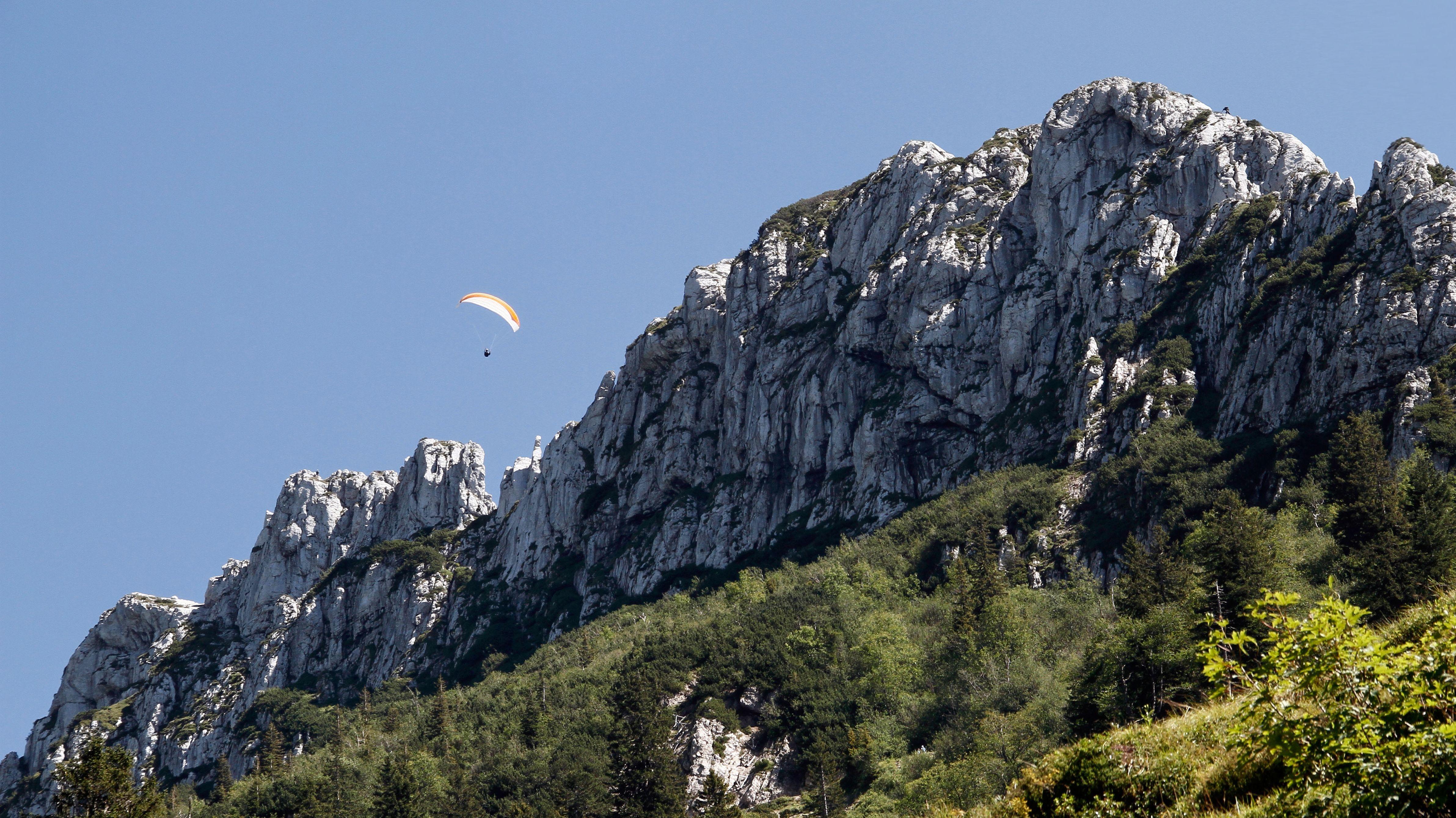 Paraglider über der Kampenwand im Chiemgau.