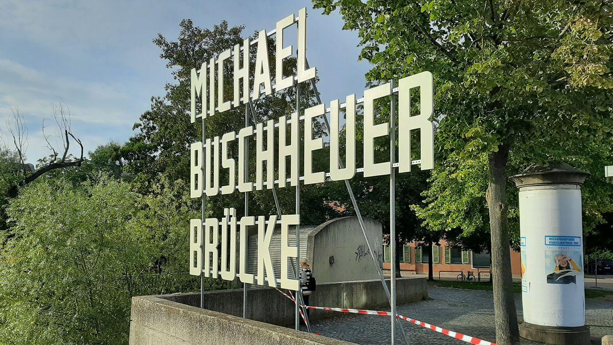 Die Eiserne Brücke in Regensburg wird für drei Monate nach dem Gründer der Seenotrettungsorganisation Sea-Eye, Michael Buschheuer, benannt.