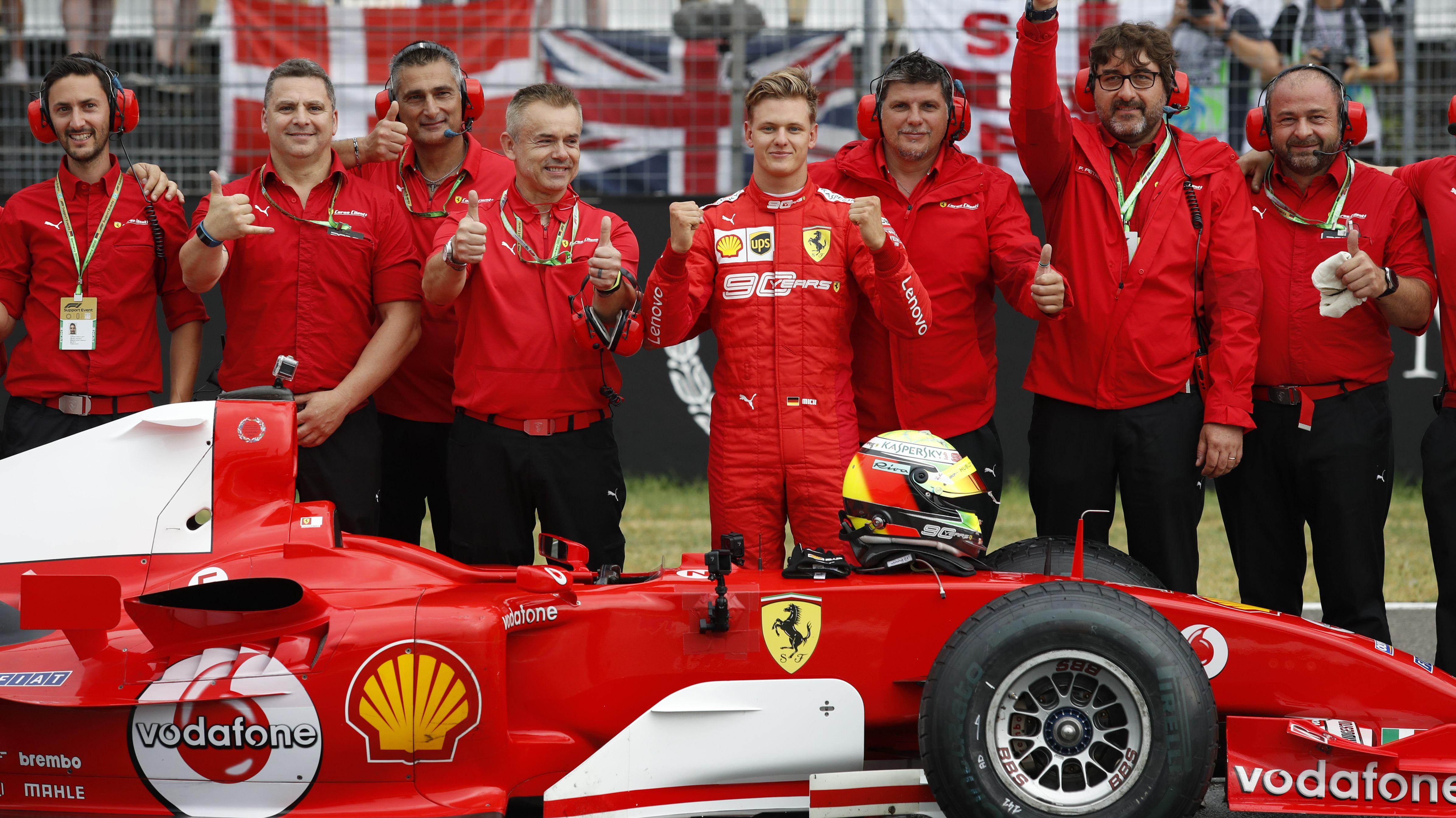 Mick Schumacher (5.v.l.) und Team mit 2004er-Ferrari in Hockenheim 2019