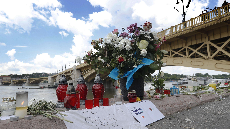 Blumen und Grablichter nahe der Margaretenbrücke an der Donau