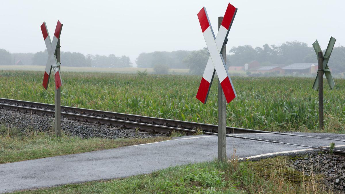 Ein unbeschrankter Bahnübergang mit Andreaskreuzen
