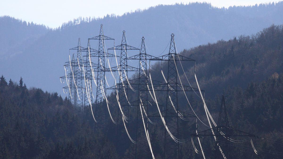 Stromleitung vor Alpen bei Murnau