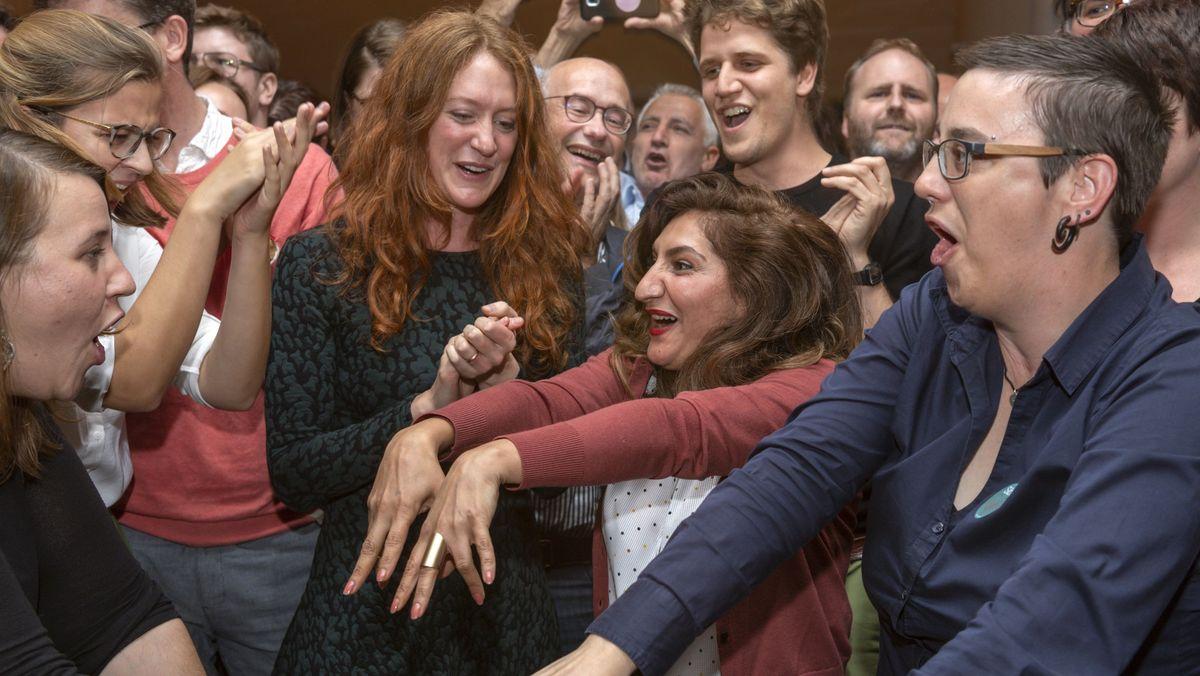 Die wieder in den Nationalrat gewählte Sibel Arslan (Bündnis Grüne BastA!) freut sich nach der Bekanntgabe des Endresultats.