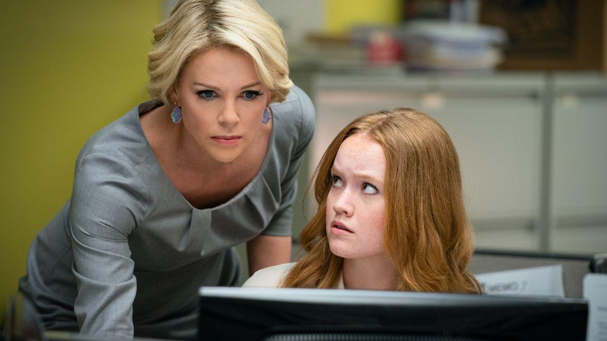 2 Frauen schauen in einen Bildschirm - Szene aus Bombshell