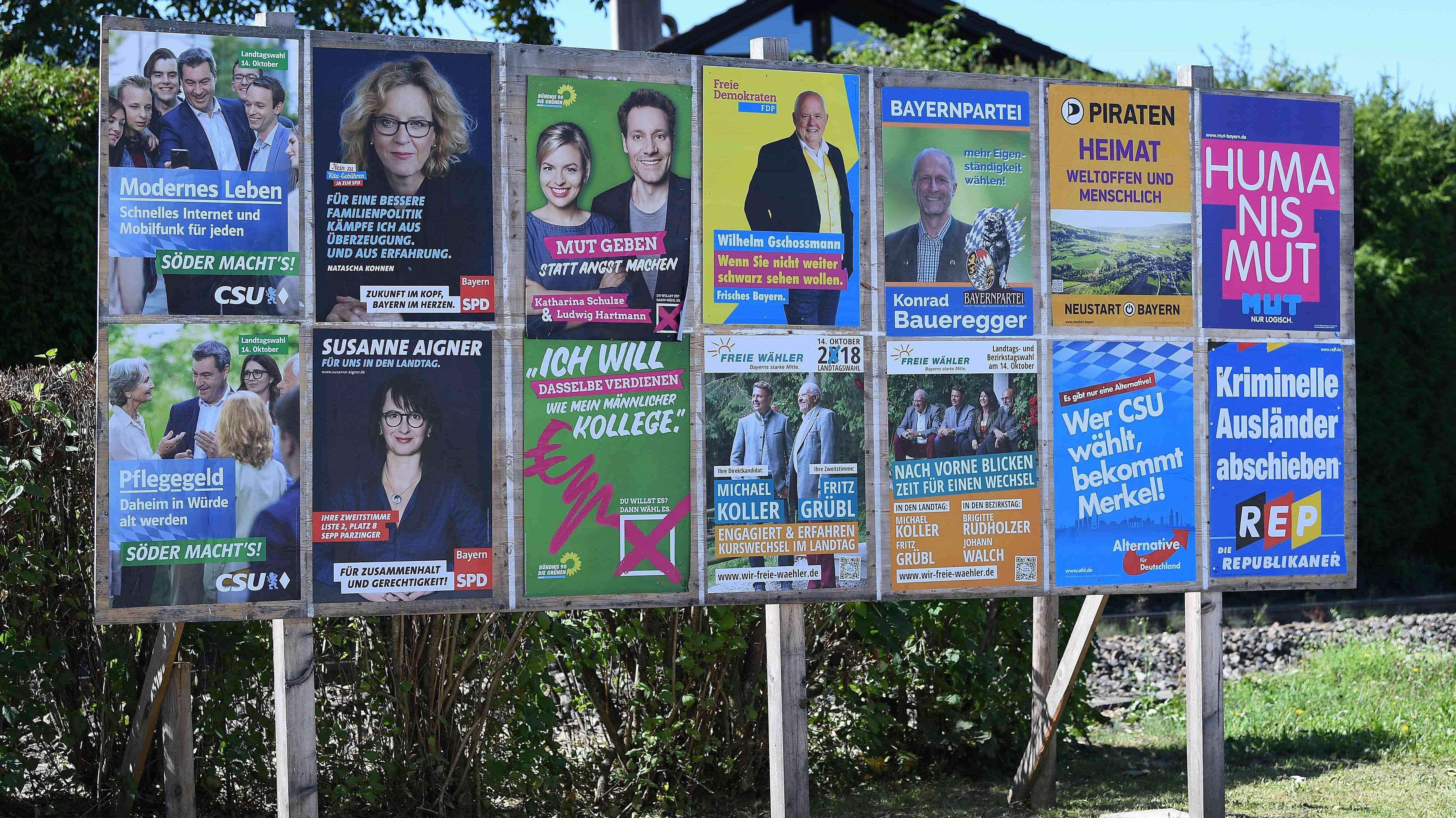 September 2018: Vor der bayerischen Landtagswahl hängen Wahlplakate verschiedener Parteien im Berchtesgadener Land