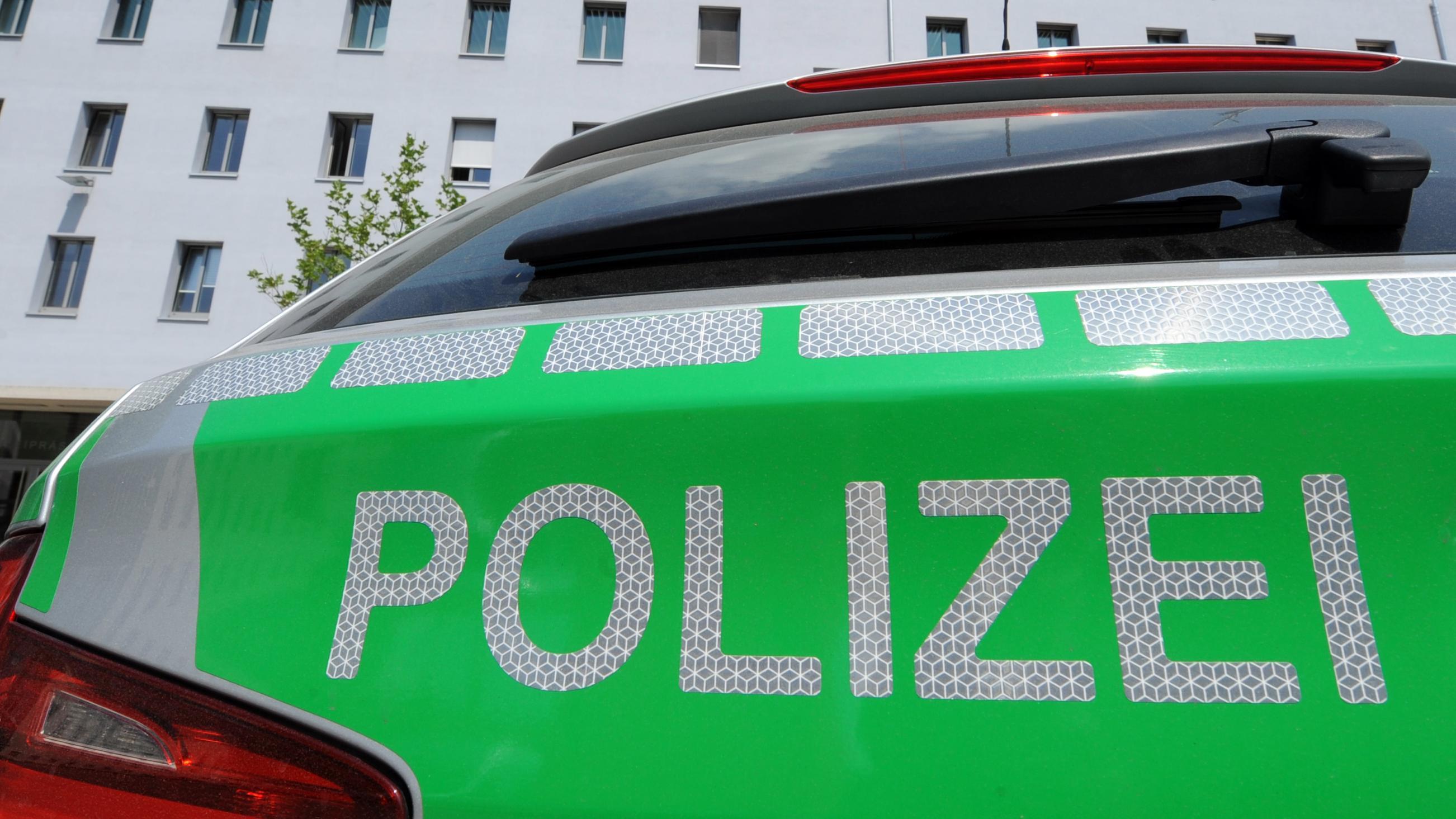 Ein Polizeiwagen vor dem Polizeipräsidium Oberpfalz in Regensburg