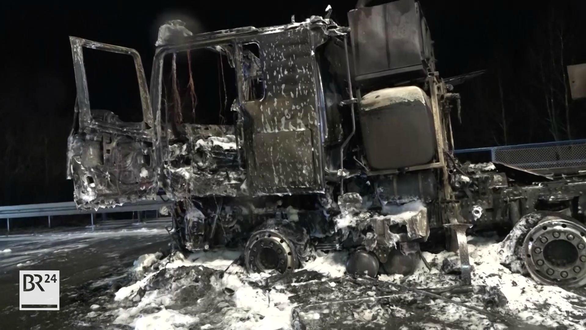 Das Führerhaus des Schwertransporters ist komplett ausgebrannt.