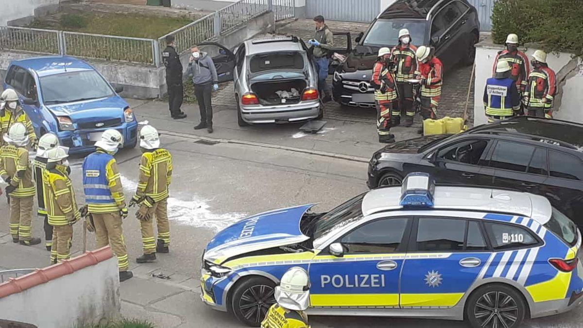 Der Fluchtwagen (silberfarbener BMW) und ein beschädigter Streifenwagen