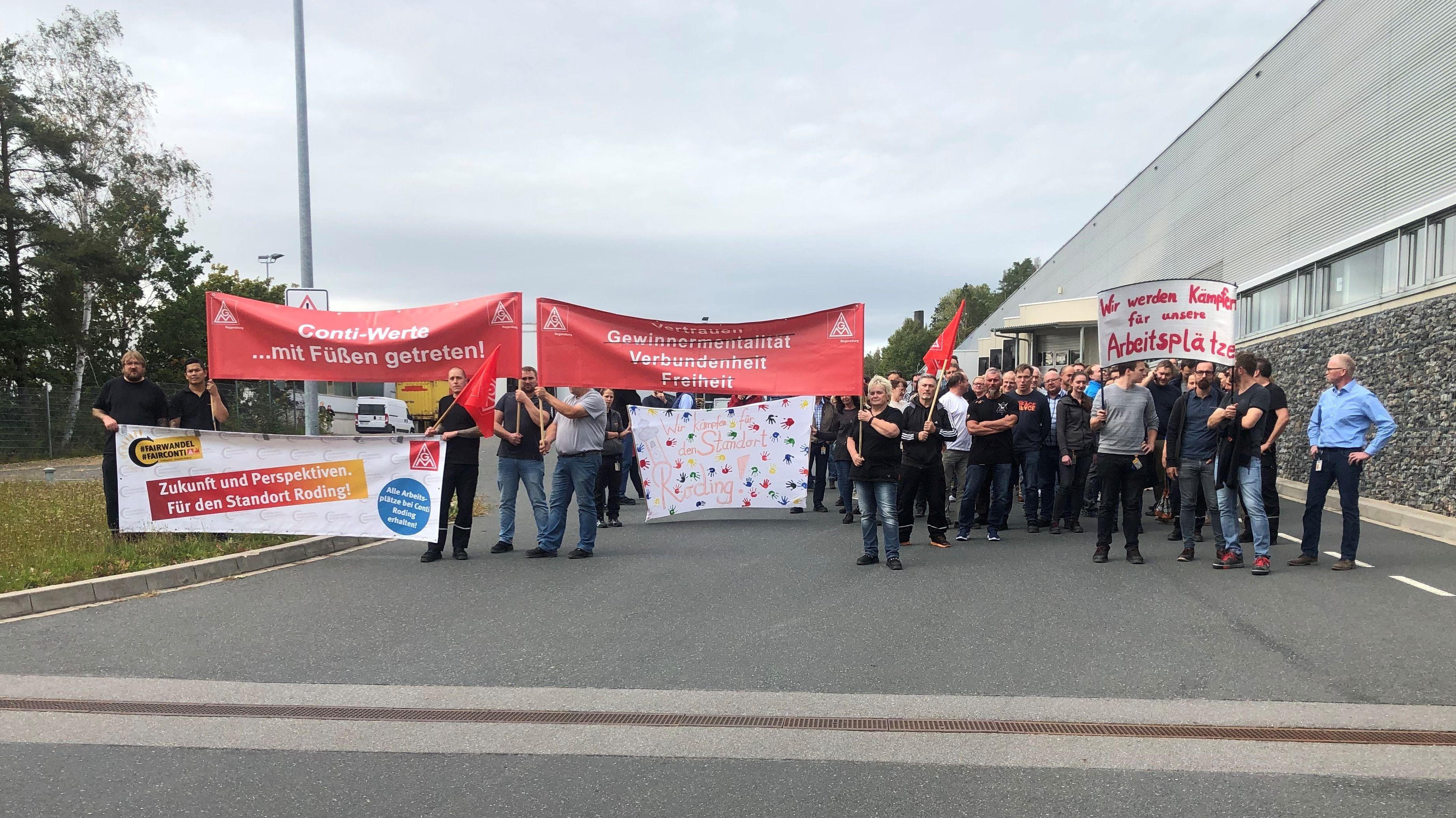 Mitarbeiter protestieren vor dem Conti-Werk in Roding