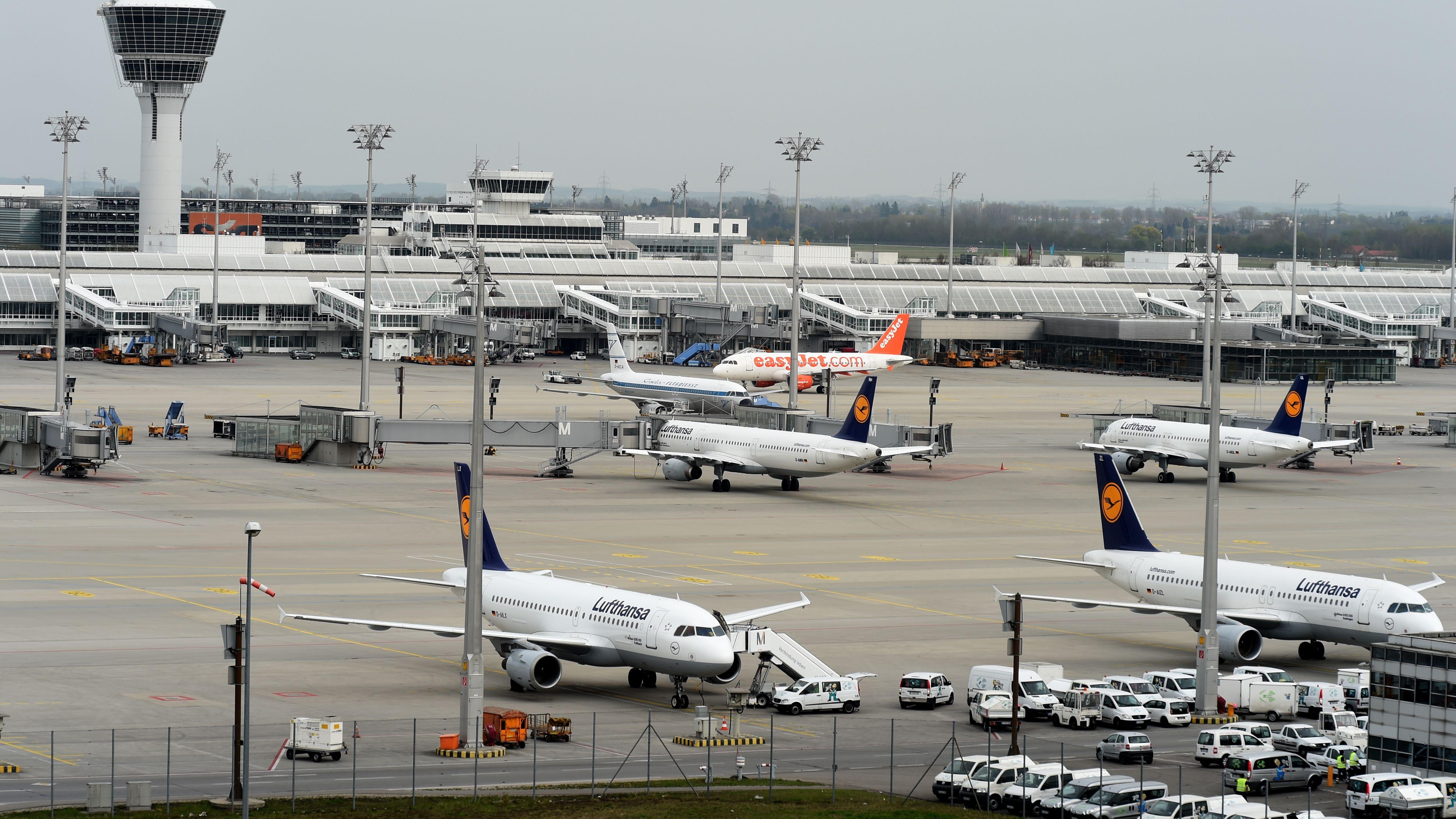 Lufthansa-Flugzeuge auf Münchner Rollfeld