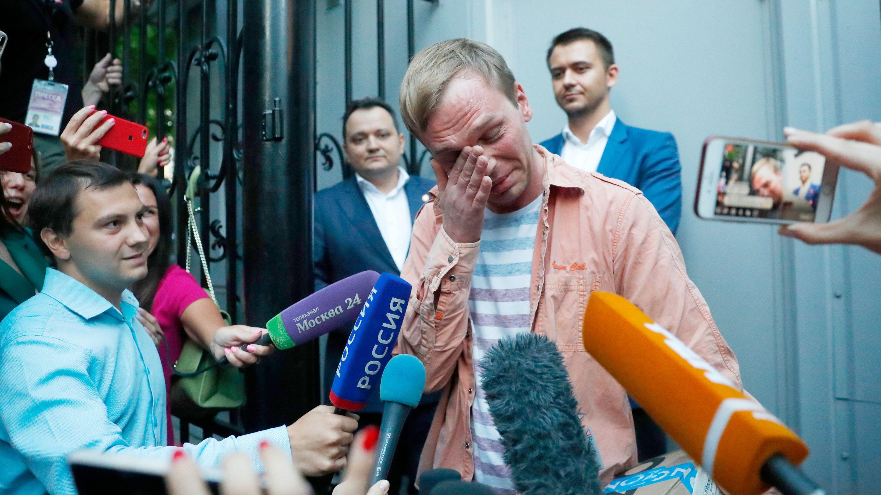 Der russische Journalist Golunow zeigt sich nach seiner Freilassung zu Tränen gerührt.