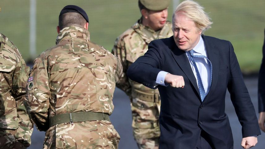 Johnson begrüßt einen Soldaten