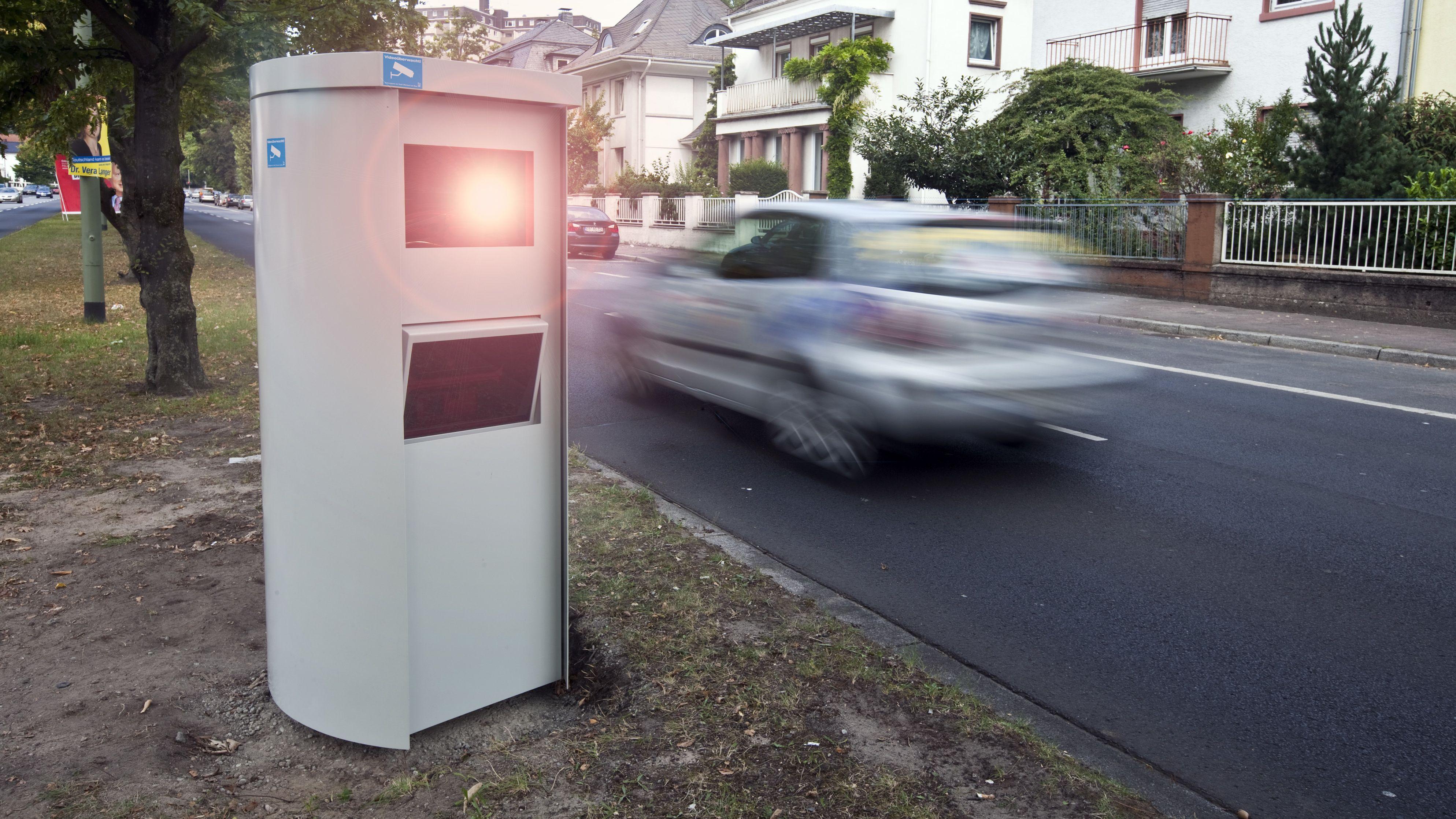 Geschwindigkeitskontrolle mit einem stationären Blitzgerät