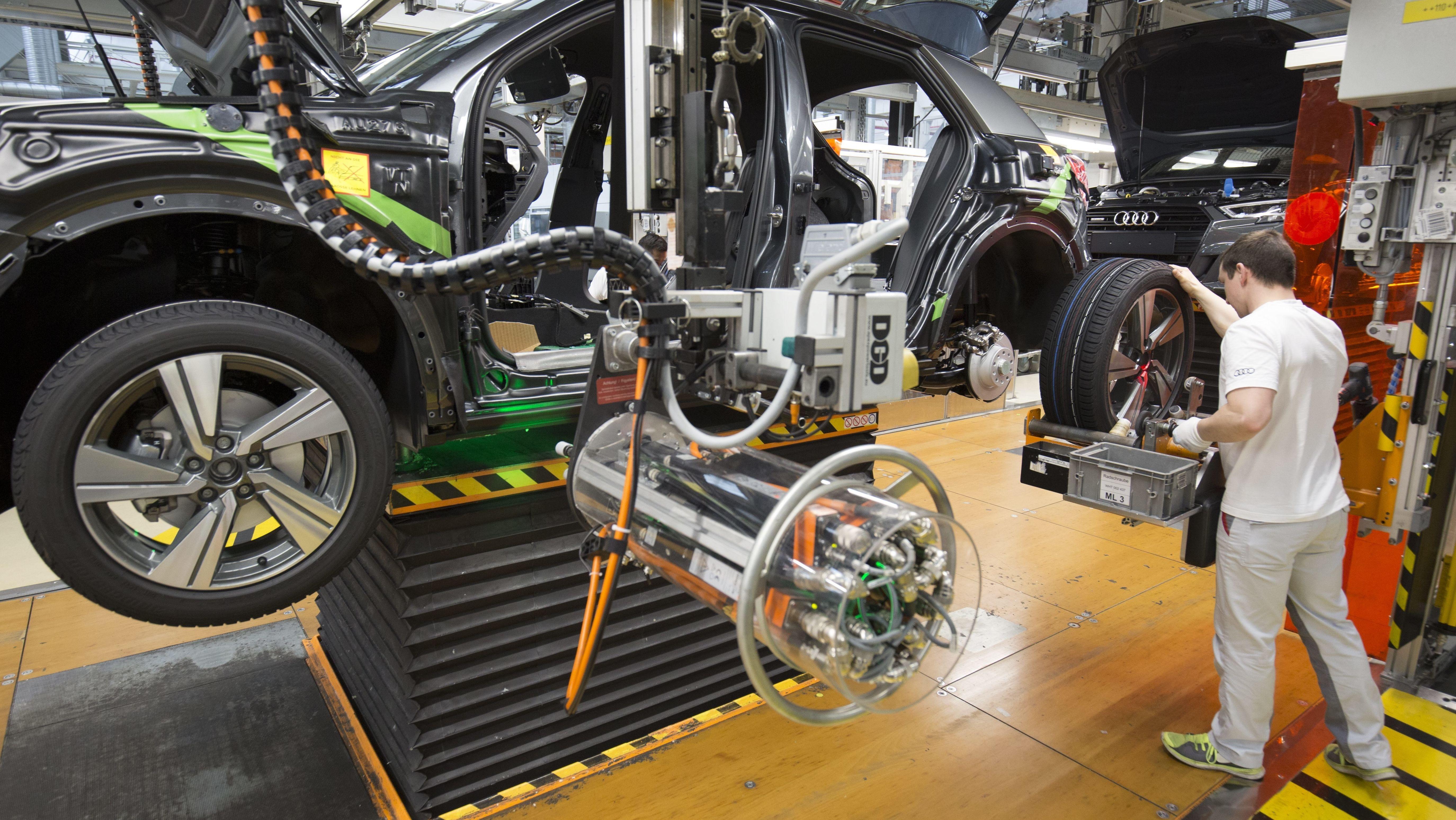 Auto-Produktion bei Audi. Auch bei dem Ingolstädter Autobauer waren schon Mitarbeiter von Kurzarbeit betroffen (Archivbild).