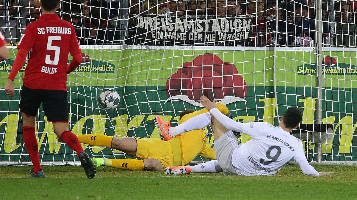 Robert Lewandowski trifft zum 1:0 für den FC Bayern