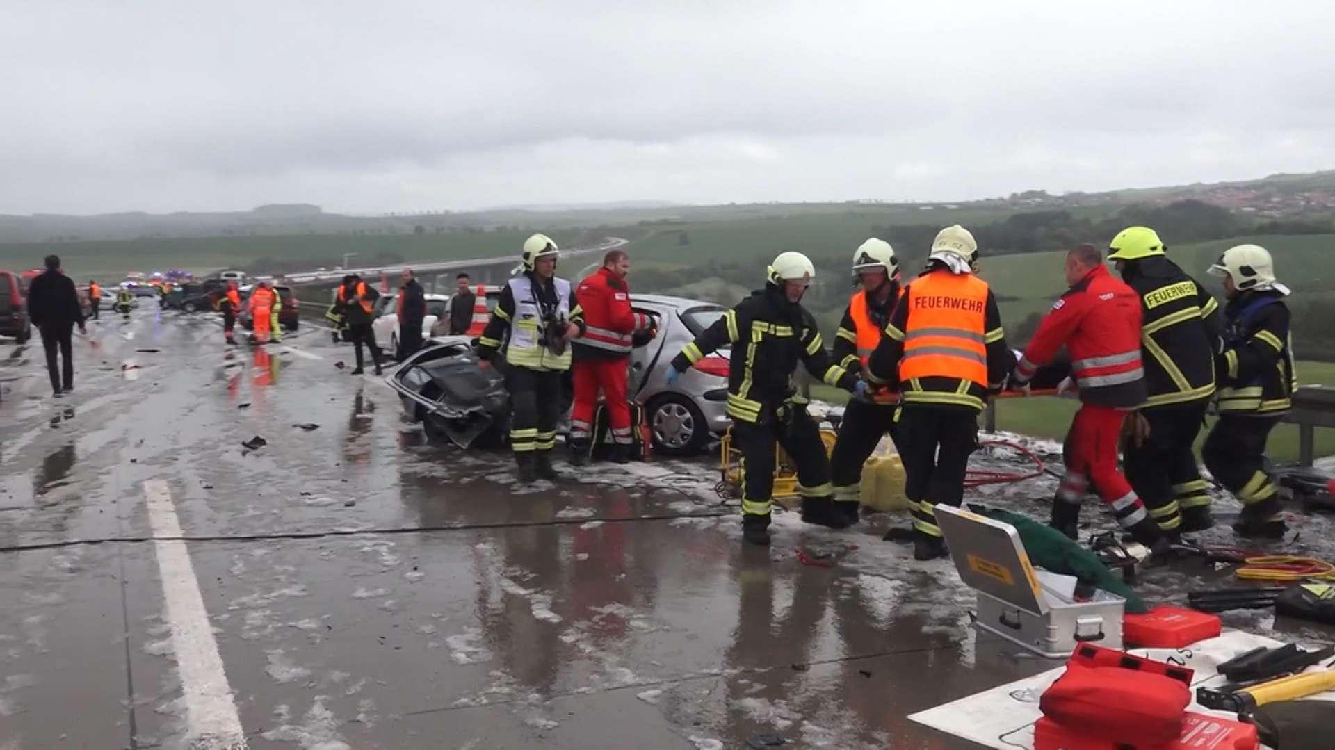Rettungskräfte bergen auf der A71 einen Verletzten.