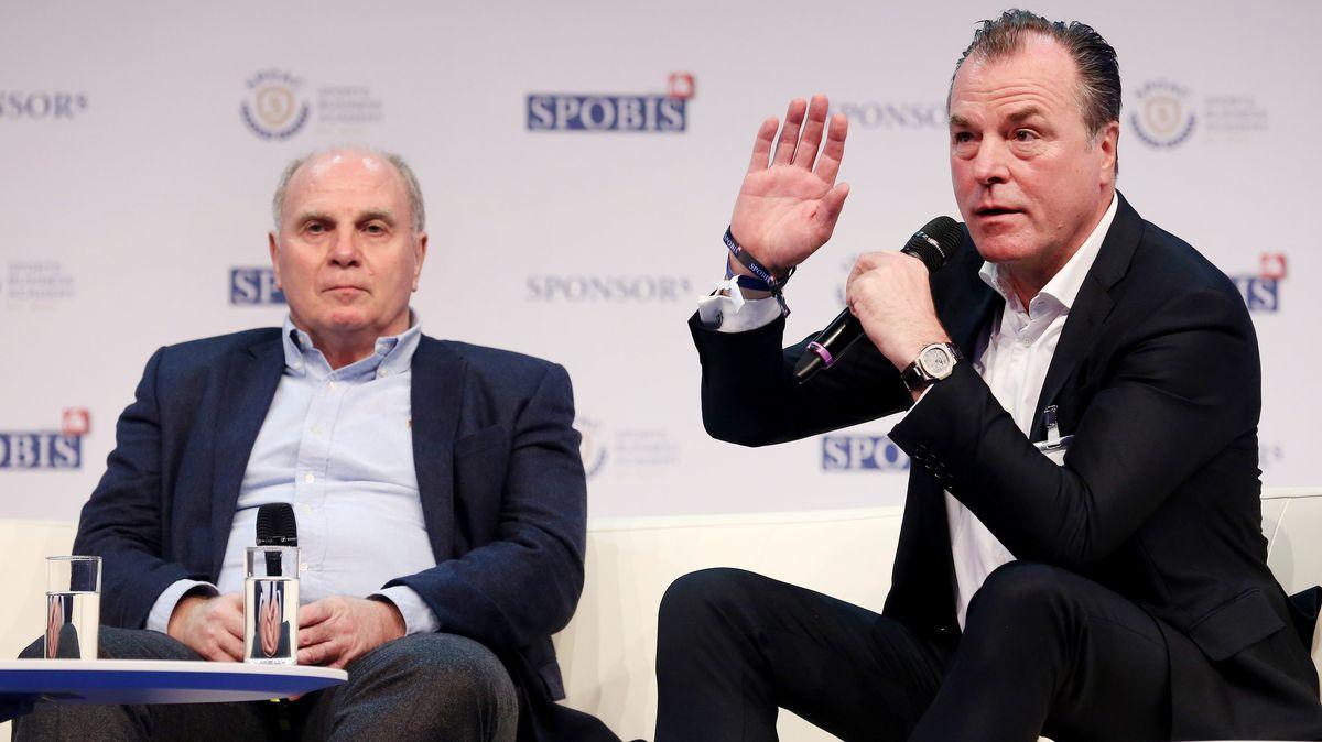 Archivbild (2018): Uli Hoeneß und Clemens Tönnies beantworten während einer Talkrunde auf dem Sportbusiness-Kongress SpoBis Fragen.