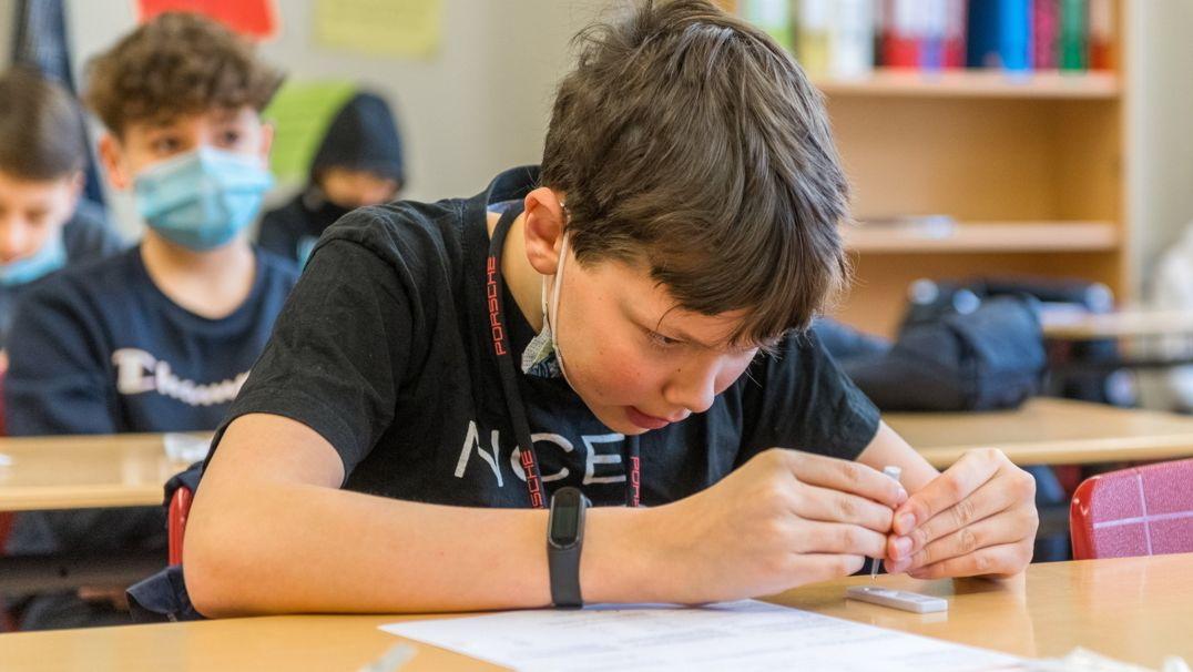 Ein Schüler macht seinen ersten Corona Schnelltest.