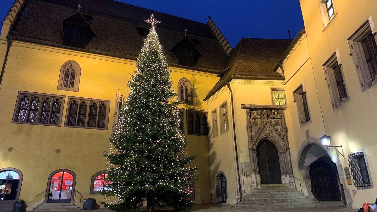 Der beleuchtete Christbaum vor dem Alten Rathaus in Regensburg