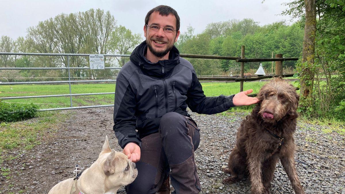 Christopher Friemel von der Kolitzheimer Hundeschule Easy Dogs mit Sabo (links) und Anton (rechts)