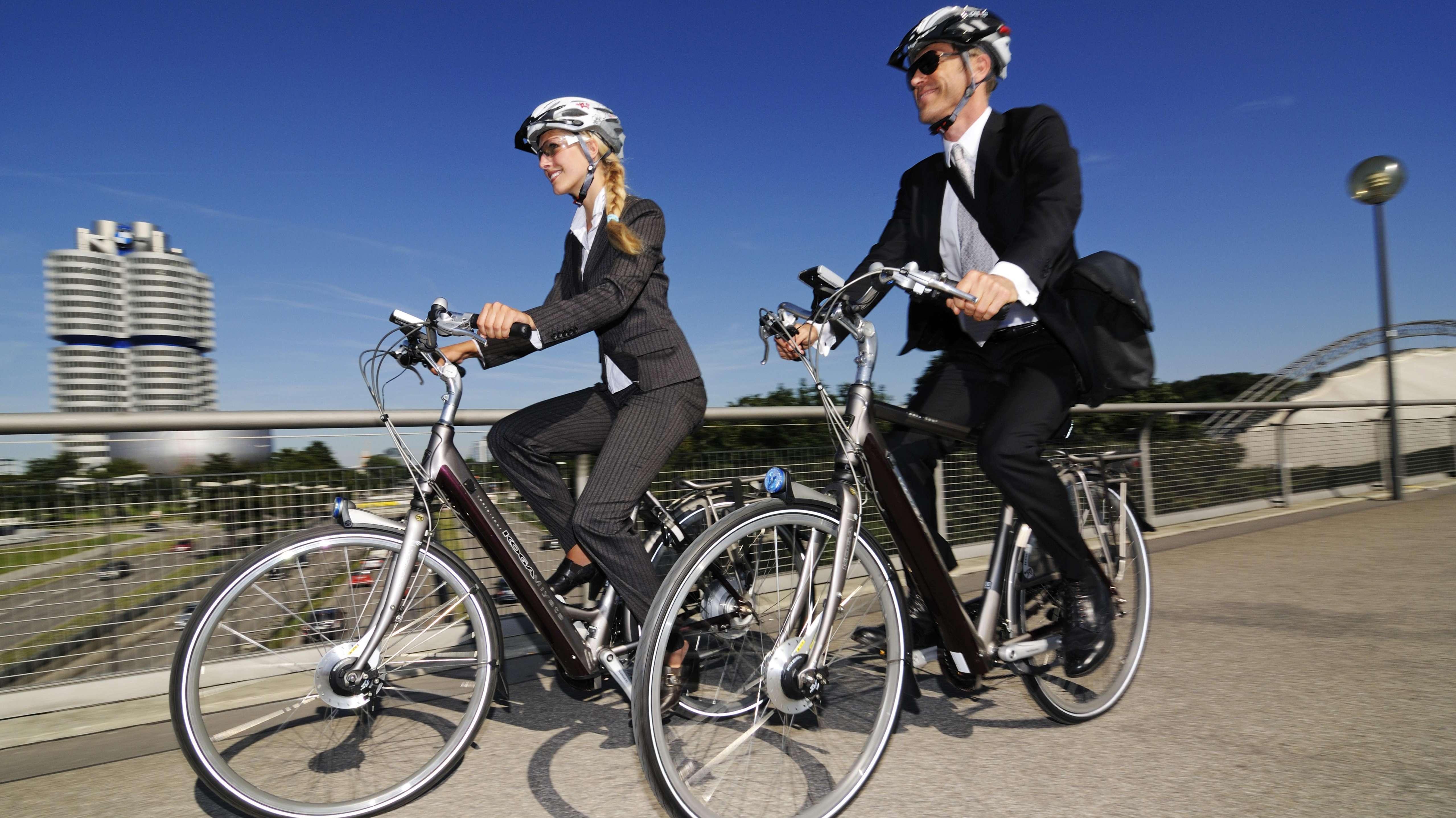 Zwei Berufstätige fahren mit dem Rad zur Arbeit