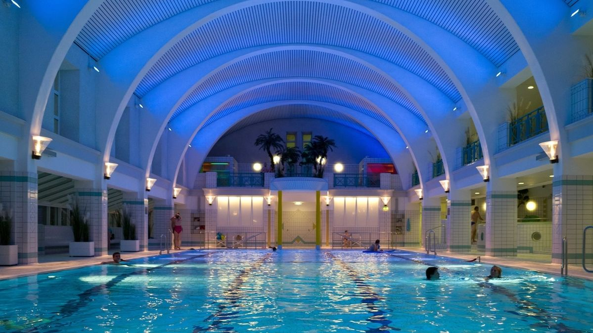 Blick in die Halle des Bayreuther Stadtbades: Badegäste schwimmen im Wasser