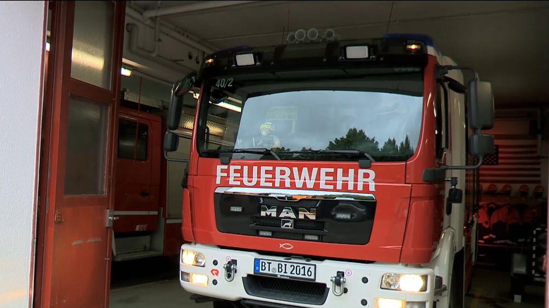 Ein Feuerwehrauto steht im Feuerwehrhaus