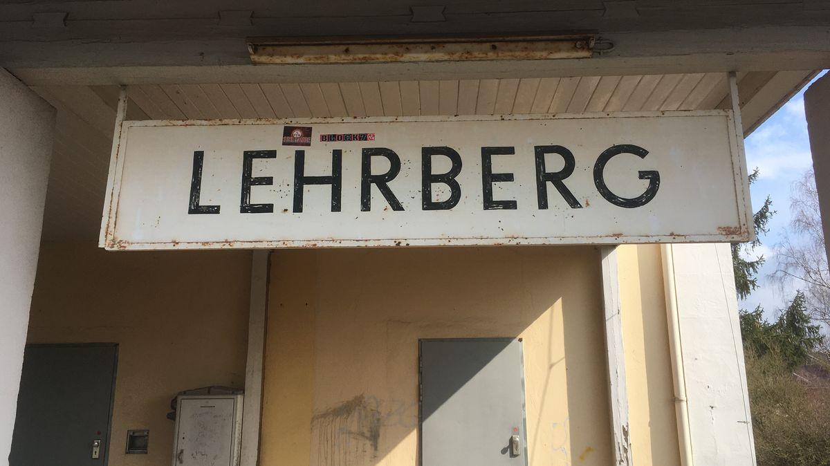 Schild Lehrberg am stillgelegten Bahnhof im Landkreis Ansbach