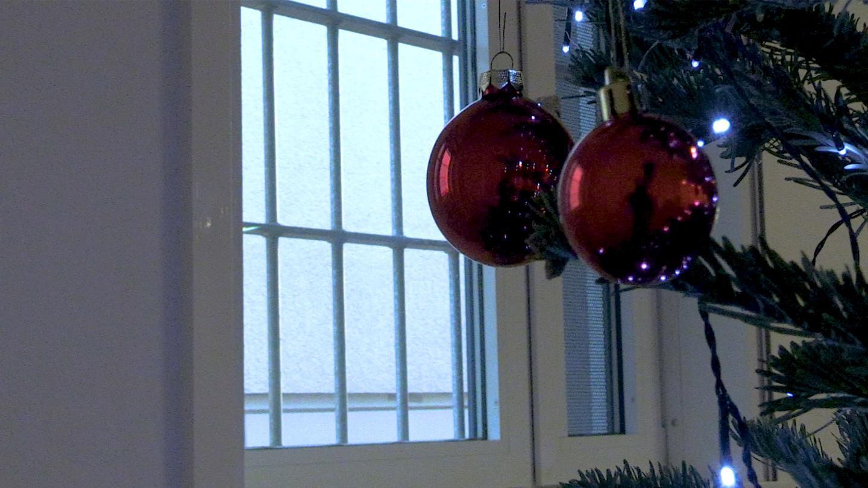 Christbaumkugeln im Gefängnis.