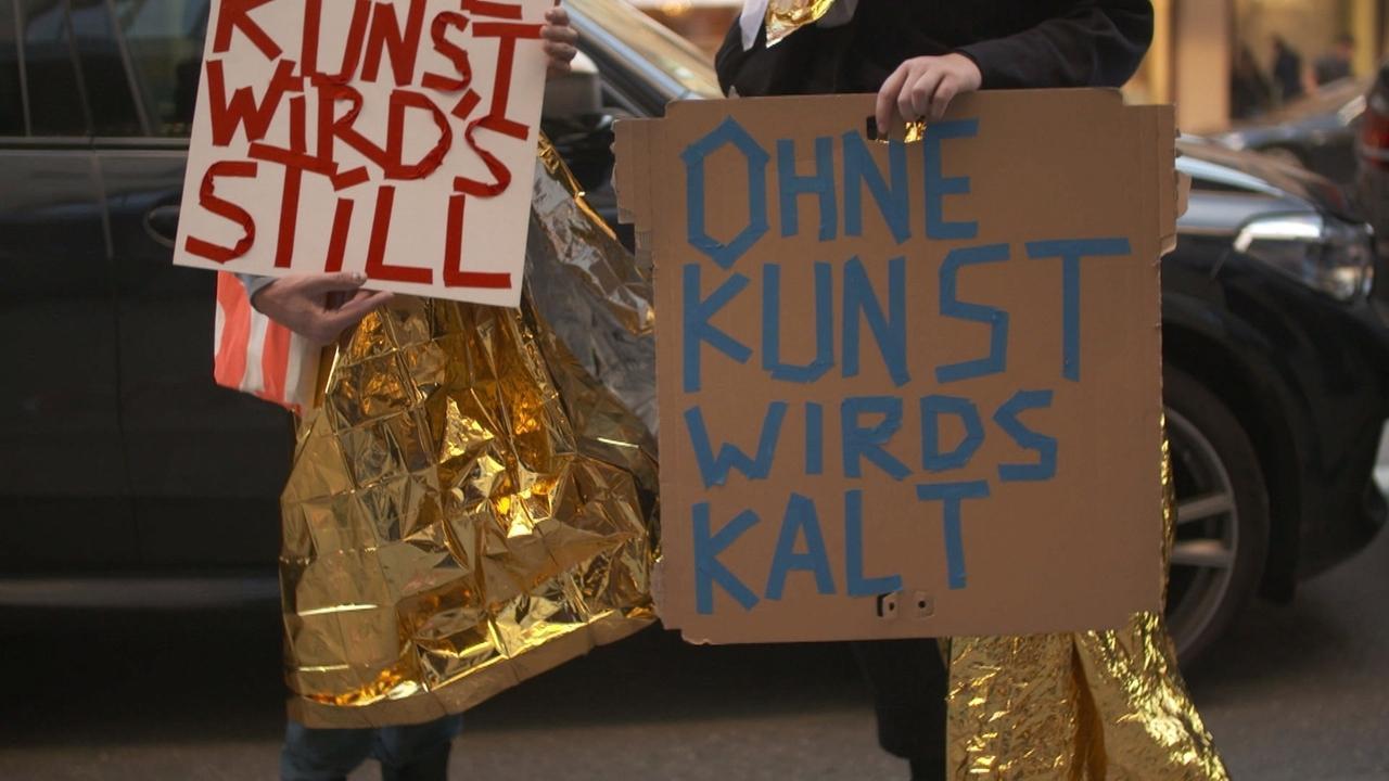 """Schilder mit den Aufschriften """"Ohne Kunst wird's still"""", """"Ohne Kunst wird's kalt""""."""
