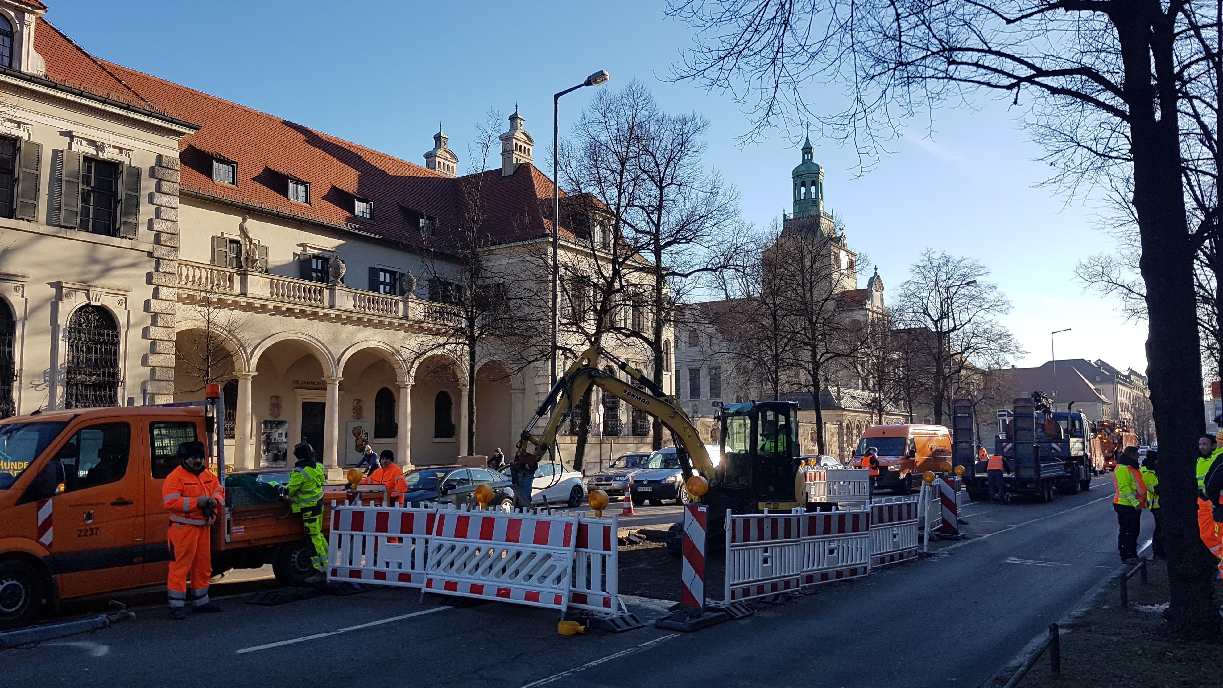 Arbeiter der Stadt legen die unterspülte Stelle der Prinzregentenstraße frei; im Hintergrund das Bayerische Nationalmuseum.
